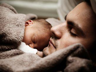 Vater und Baby kuscheln