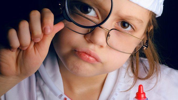 Kinderarzt untersucht Baby