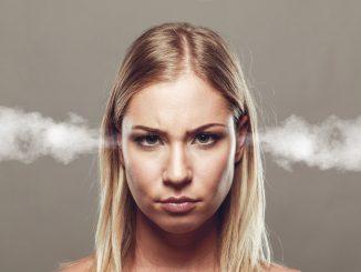 Frau mit Stimmungsschwankungen während der Schwangerschaft