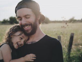 Vater und Tochter in der Natur