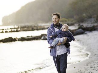 Vater und Kinde verbringen gemeinsame Zeit